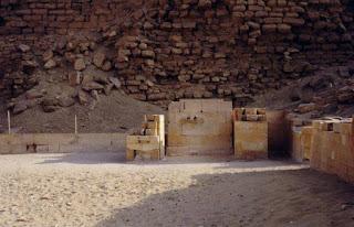 تمثال الملك جِسِر أو زوسر بمصطبته المُدرَّجة (الهرم المدرج) بسقارة