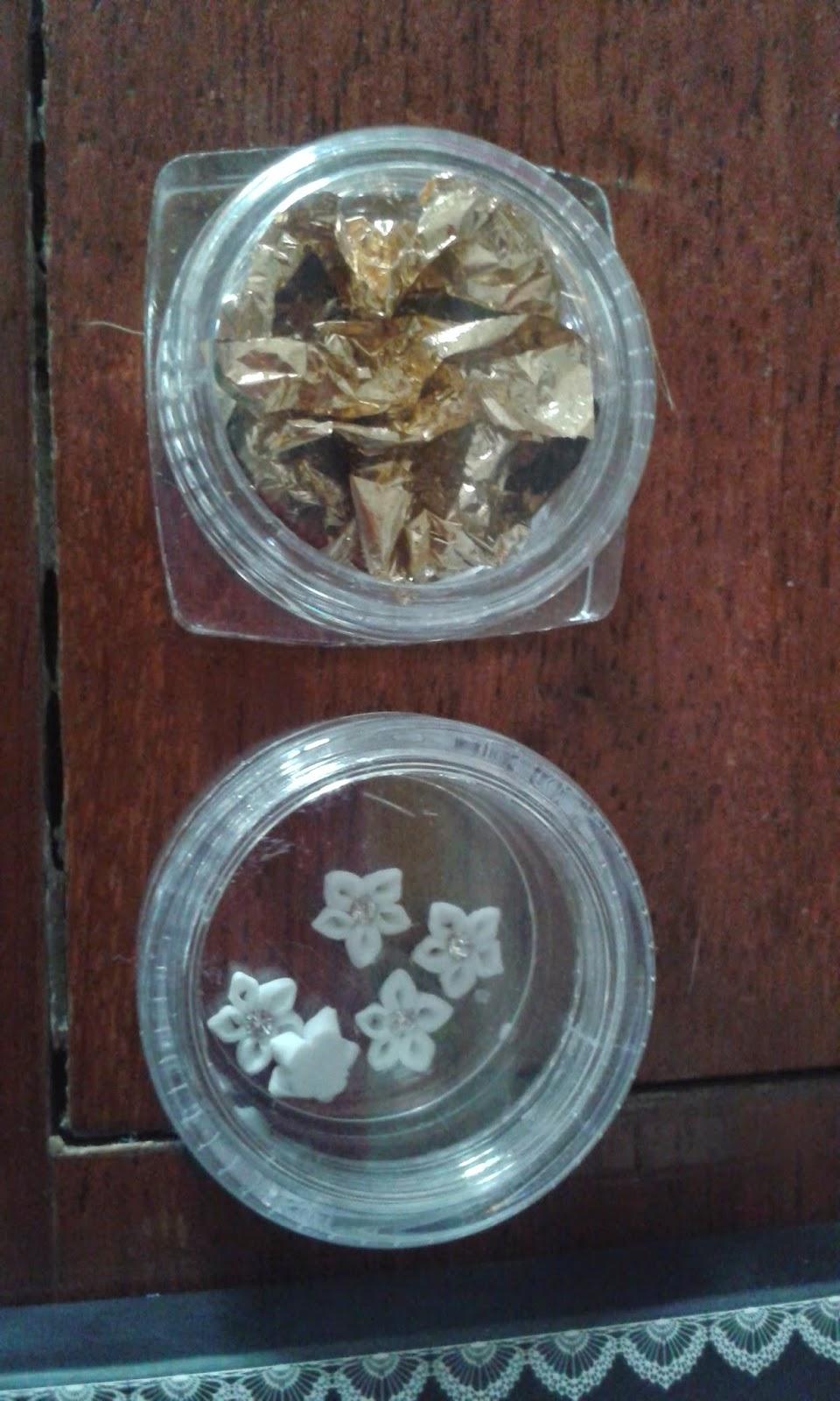 fogli dorati e fiorellini per nail art