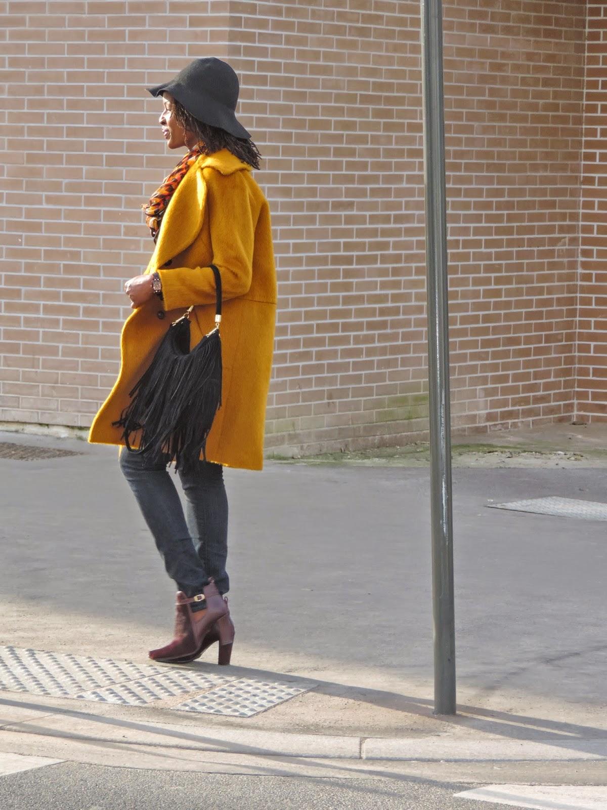 dressing des 4 saisons manteau boyfriend moutarde jaune sac franges hiver