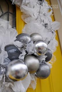 Стильный рождественский венок из полиэтилена и лампочек