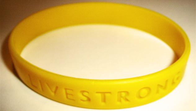 La famosa pulsera amarilla Livestrong, algo altruista que se convirtió en una naquez | Ximinia