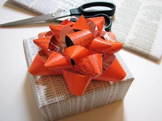 confezione-regalo-fatta-con-carta-di-giornale-riciclata