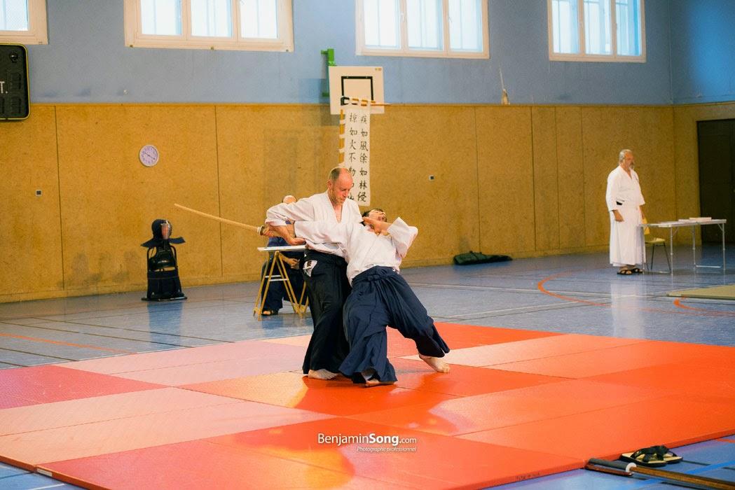 Photo d'un pratiquant d'arts martiaux au cours d'une défense contre attaque avec sabre en bois ou Bokken