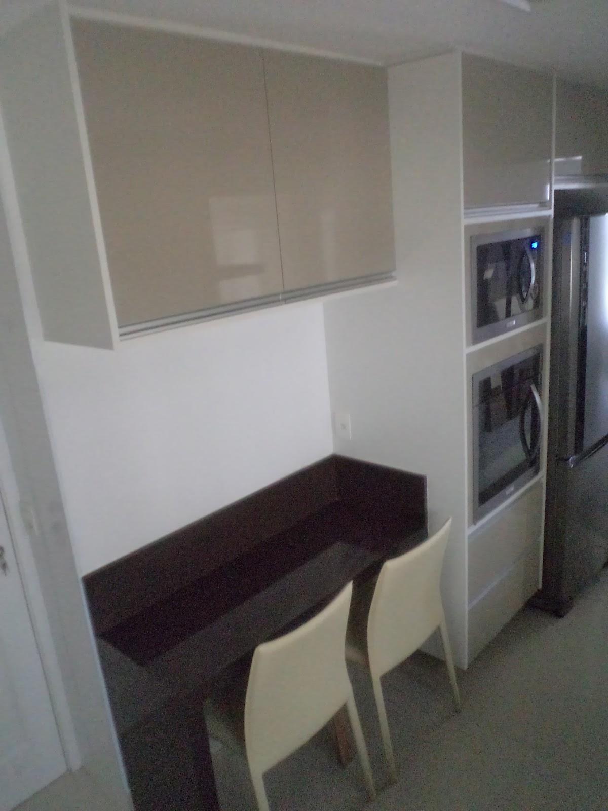 Bancada para refeições rápidas com armário superior torre para  #5B6470 1200x1600 Bancada Banheiro Tok Stok