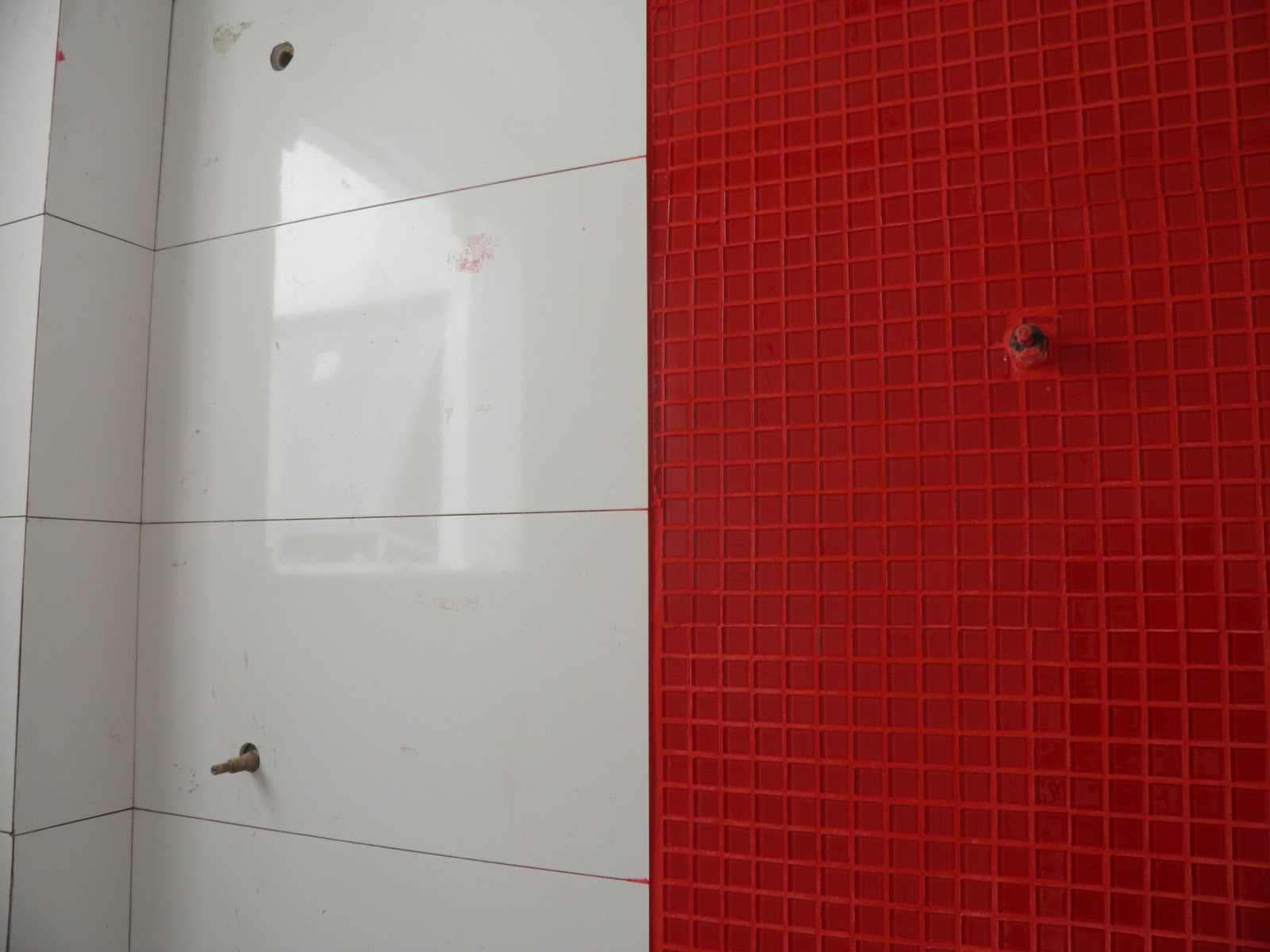 Construindo e arquitetando engenhosamente um sonho, com cimento de amor! Ban -> Banheiro Com Pastilha Vermelha E Branca