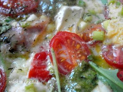 Na śniadanie apetyczna fritatta z szynką, pomidorkami coctailowymi, rucolą i mozarellą