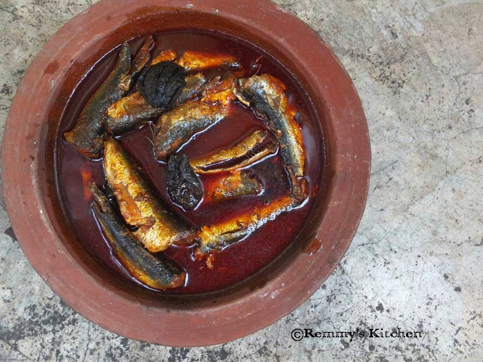 Mathi mulakitathu / Sardines in red gravy