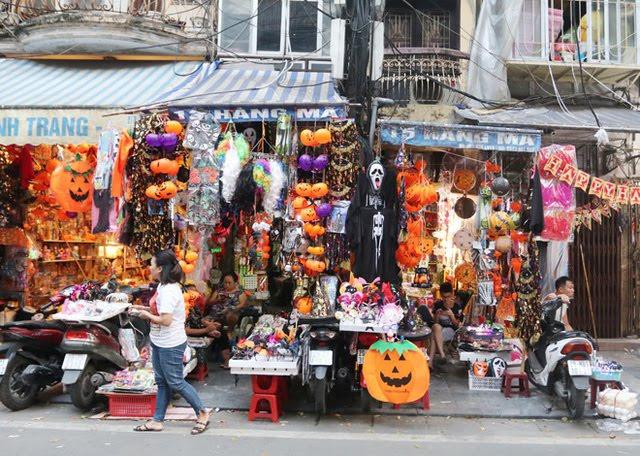 Bày Bán Nhiều Mặt Hàng Phục Vụ Halloween