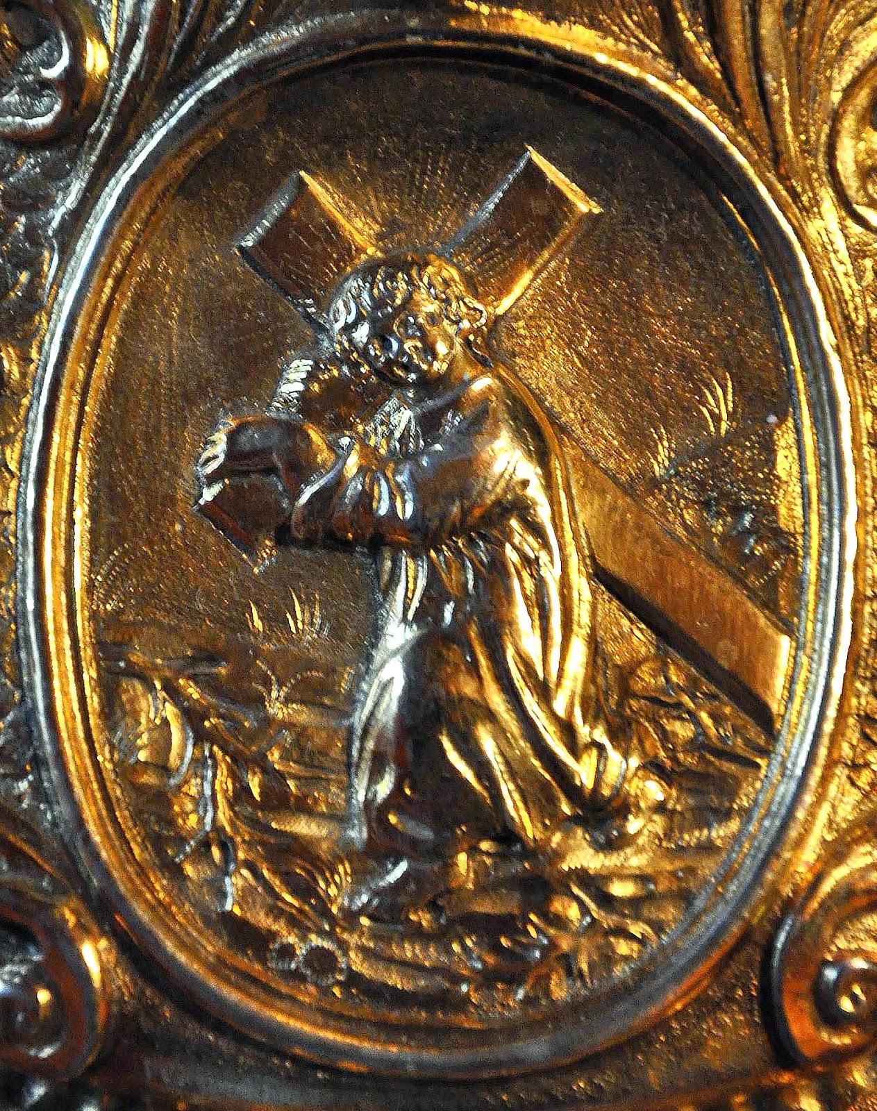 """Plakieta z wizerunkiem Dzieciątka Jezus z krzyżem na podstawie monstrancji z 1707 roku. Motyw leżącego bądź siedzącego Dzieciątka Jezus, któremu towarzyszą narzędzia Pasji (łac.: arma Christi) pojawił się w sztuce barokowego Rzymu w latach dwudziestych - trzydziestych XVII wieku. Kult Dzieciątka Jezus w Europie doby Kontrreformacji wytworzył wiele formuł ikonograficznych obrazujących relację między Dzieciątkiem a jego przyszłym losem. Idea, że Droga Krzyżowa - via crucis - rozpoczęła się już w Dzieciństwie Jezusa, odwoływała się do mistyki średniowiecznej, przede wszystkim do Tomasza a Kempis, który w medytacjach """"O naśladowaniu Chrystusa"""" przedstawiał koncentrowanie się myśli małego Jezusa na Jego zbawczej śmierci… [wg opisu obrazu nieznanego twórcy z XVIII w Muzeum Narodowym w Krakowie]"""