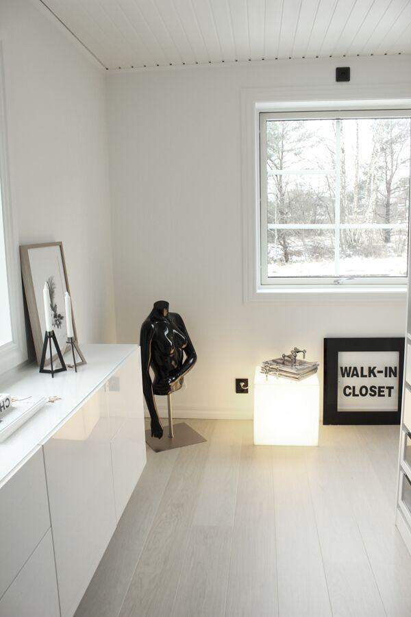 walk in closet, före och efterbilder, före, efter, renovering, renovera, renoverad, renoverade, vitt, svart och vitt, svartvit, svartvita, vitt golv, pashmina färg, matt, skyltdocka, aluminiumfönster, bestå skänk, ikea, öppen garderob, garderober, wic, kläder, skor, webbutik, webbutiker, klädhängare, vitmålade väggar, ljusbox, ljusboxar, ljuslampa, lampr, lampa, böset, ljusstake, fjäder, tavla, poster, posters, konsttryck, print, prints,