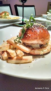 Hambúrguer de carne com nozes e vinho