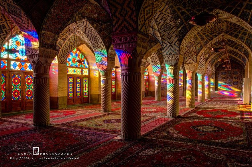 Keunikan Masjid Nasir al Mulk Yang Penuh Dengan Warna