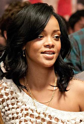 Rihanna omuz hizası doğal dalgalı siyah saç modeli