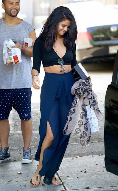 Moda look  Selena Gomez  maxi saia azul e top preto