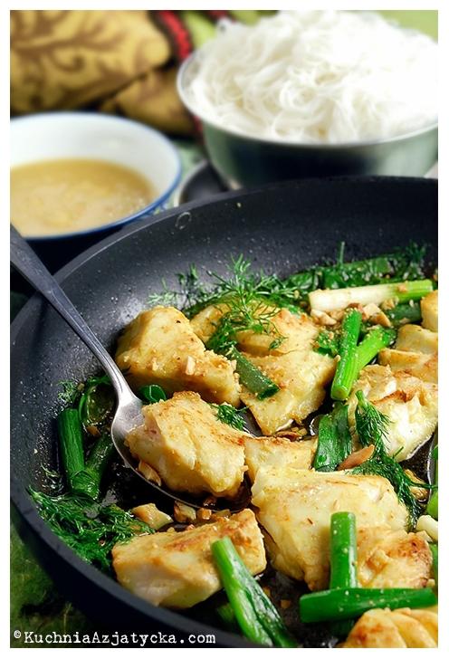Halibut smażony z koperkiem, makaron vermicelli i sos rybno - ananasowy © KuchniaAzjatycka.com