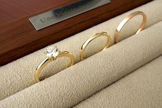エンゲージリング(婚約指輪)とマリッジリング(結婚指輪)の重ねつけも素敵です。