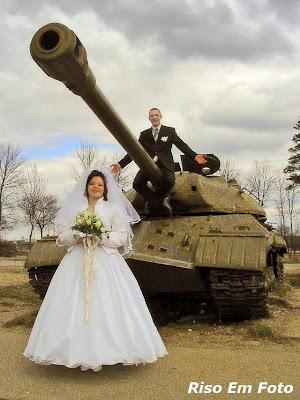 Casal de Noivos posam junto a um tanque de guerra.