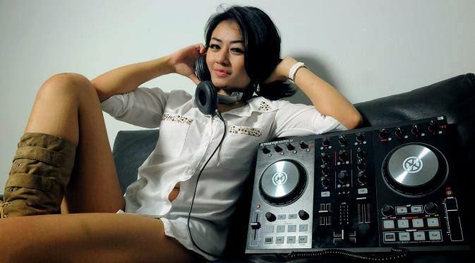 """DJ Anggun Bantah Jadi """"Orang Ketiga"""" dalam Pernikahan Ayu Ting Ting-Enji"""