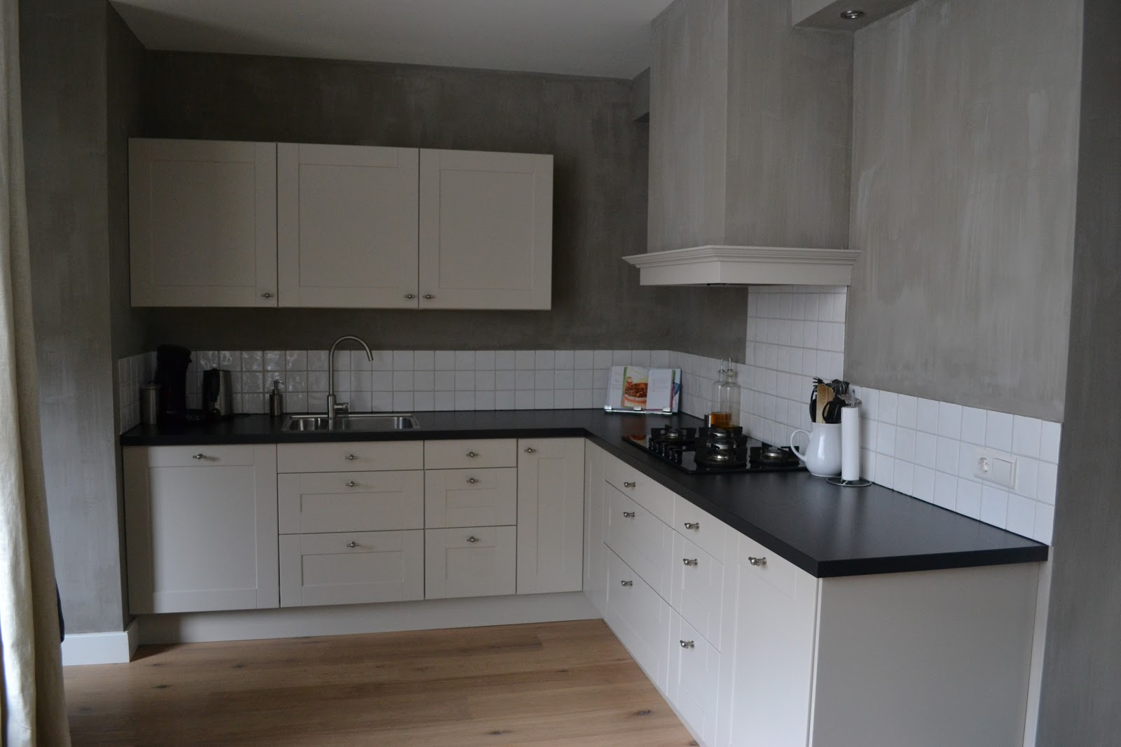 Keuken Lichtgrijs : Vrijdag is onze meubelmaker geweest en die heeft de houten sierrand om