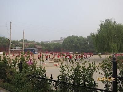 élèves qui apprennent les arts martiaux