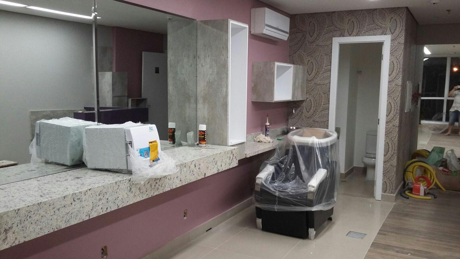 Com o piso finalizado instalou se as bancadas de granito pontos de  #6F5357 1600x900