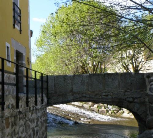 Vista de la entrada al restaurante, puente sobre el río