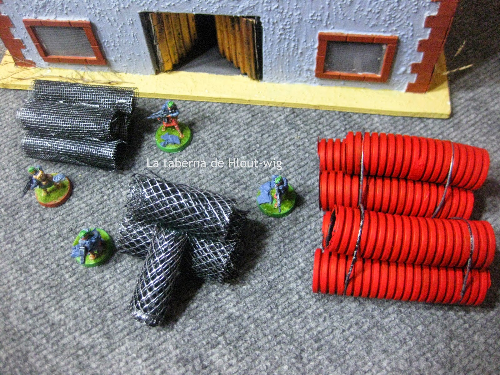 Rollos de malla y canalizaciones rojas