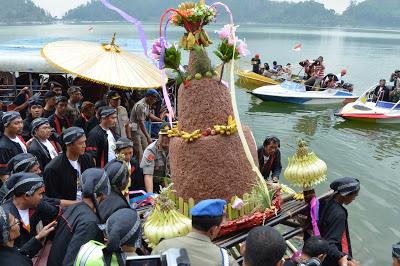 Telaga Ngebel Ponorogo dan Larung Sesaji, Dua Sejoli Yang Tak Terpisahkan