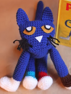http://translate.google.es/translate?hl=es&sl=en&tl=es&u=http%3A%2F%2Fwww.repeatcrafterme.com%2F2012%2F06%2Fpete-cat-crochet-doll.html
