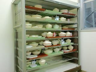 写真:食後にトレイを回収する棚