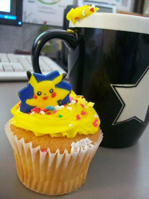 Pojedyncza babeczka Pikachu obok kubka