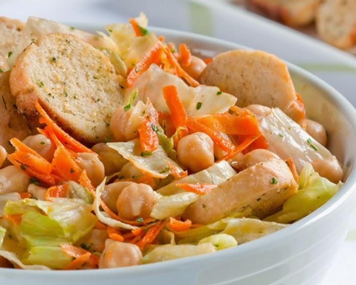 Salada Refrescante de Grão-de-Bico, Cenoura e Alface (vegana)