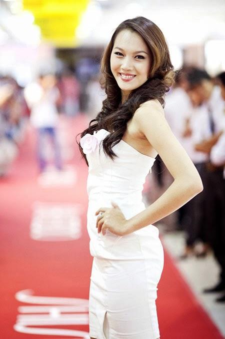 Ngắm chân dài diện váy ngắn trắng xinh