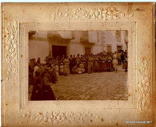 Gentes de Candelario Salamanca esperando a la novia en la puerta de su casa 2