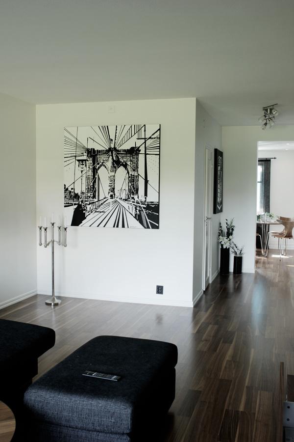 tavla i svart och vitt, tavla med brooklyn bridge, handmålad tavla, vardagsrum i vitt och valnöt, vita väggar, valnöt parkett, stavparkett valnöt, inredning med vitt och valnöt