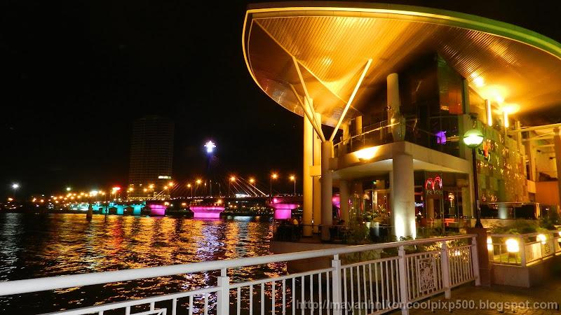 Memory Cafe nằm cạnh cầu quay sông Hàn