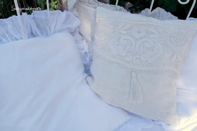 weiße Rüschenkissen aus altem Leinen