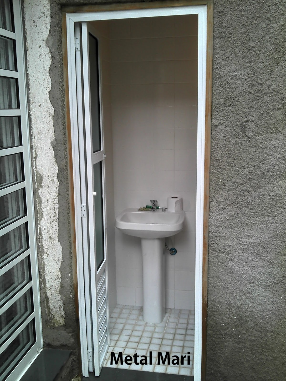 opção para nossa cliente é nossa porta pois a porta fica no tempo #5B4F3E 1200x1600 Banheiro Com Duas Portas