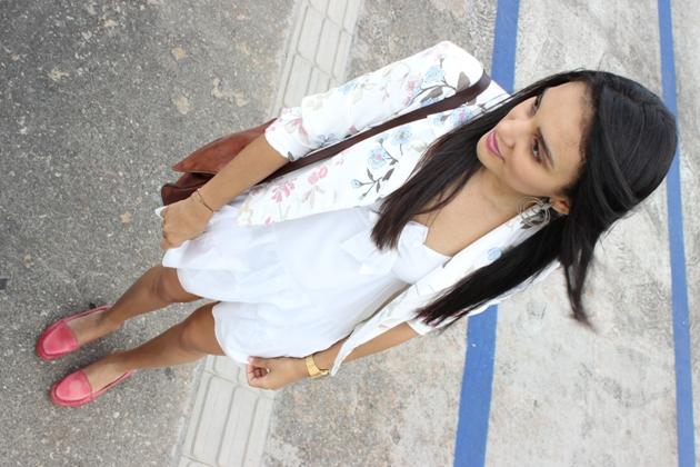 vestido branco com laço, vestido com blazer, blazer le lis blanc, mocassim rosa, blazer florido, cabelos ao vento, marilyn monroe