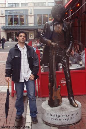 En el centro de Dublín con la estatua de Phil Lynott