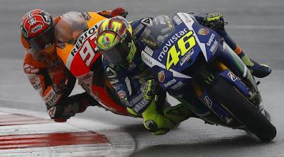[Sports] Saling Salip, Rossi 'Tendang' Marquez Hingga Jatuh