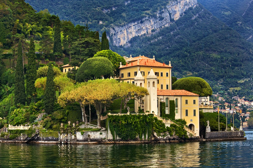 Regulus star notes on italian villas and gop crazy houses for Lake house in italian