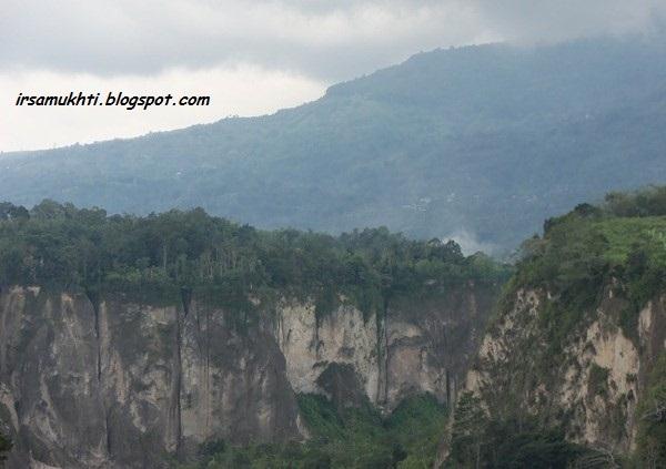 Ngarai Sianok Di Kaki Gunung Singgalang