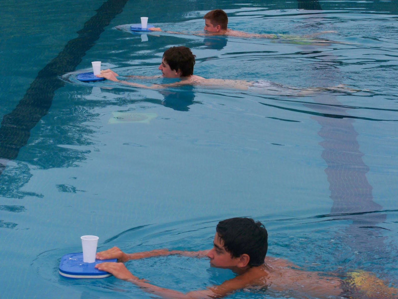 Juegos de relevos en piscina for Jocs de piscina