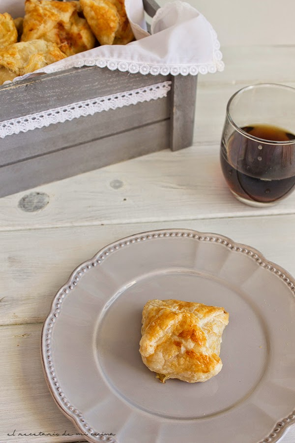 hojaldres de compota de manzana, foie y queso de cabra