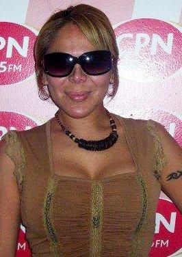 Desiree Acosta con gafas oscuras