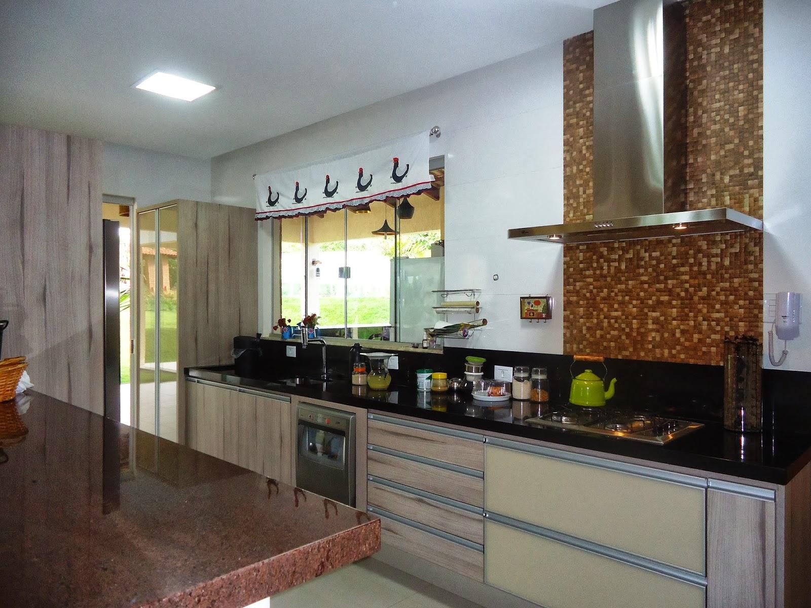 Cozinha Interna: um detalhe com pastilhas de côco foi usado atrás da  #8B8840 1600x1200 Banheiro Com Pastilhas Douradas