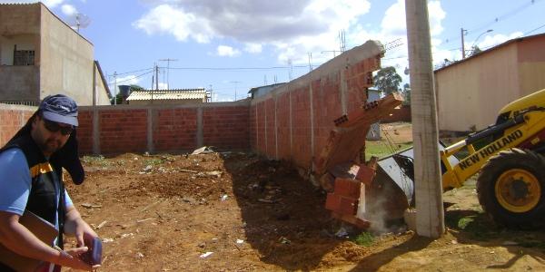 Operação de fiscalização retira construções de São Sebastião