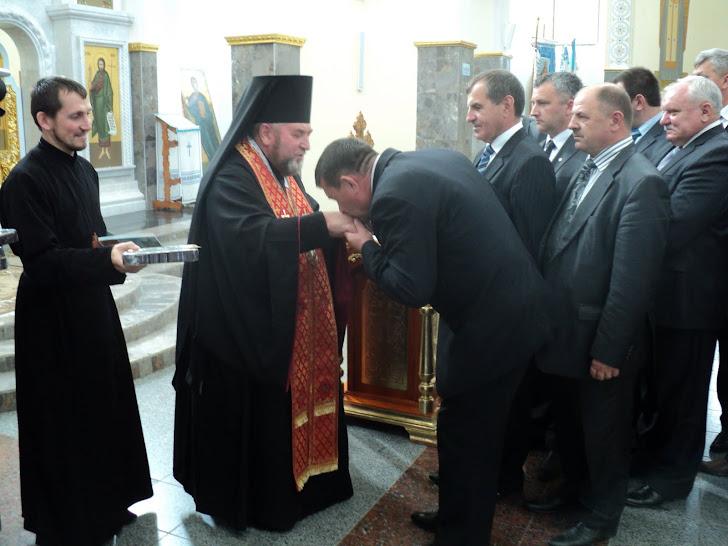Працівники Львівської ОДА та голови районної адміністрації отримують благословення владики Василія