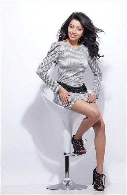 Apoorva showing  navel and thighs